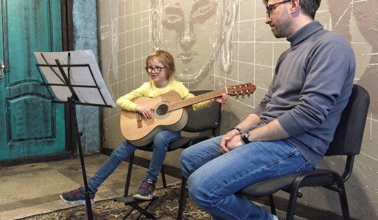 Урок гитары в музыкальной школе для девочки