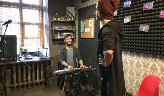 Урок вокала для парня в музыкальной студии