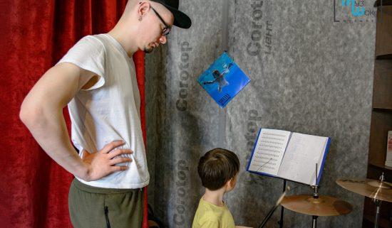 Урок игры на барабанах для ребенка
