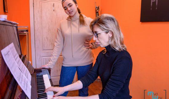 Занятие по фортепиано для взрослой женщины