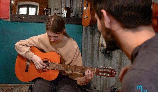 Занятие по гитаре для школьницы