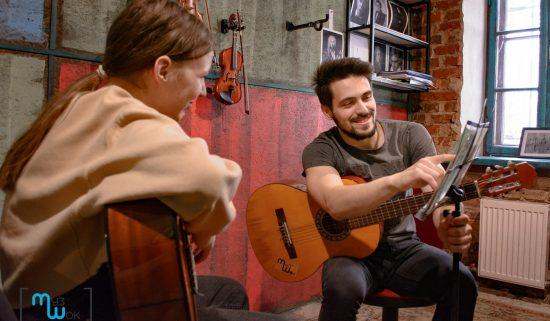 Преподаватель по гитаре показывает аккорды