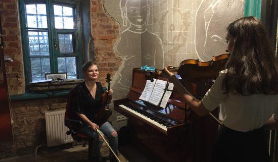 Преподаватель скрипки проводит урок