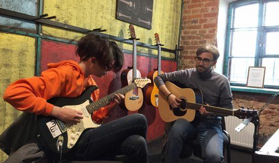 Обучение игре на гитаре подростка