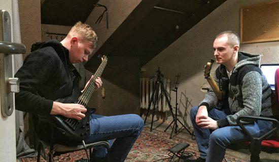 Преподаватель гитары обучает ученика